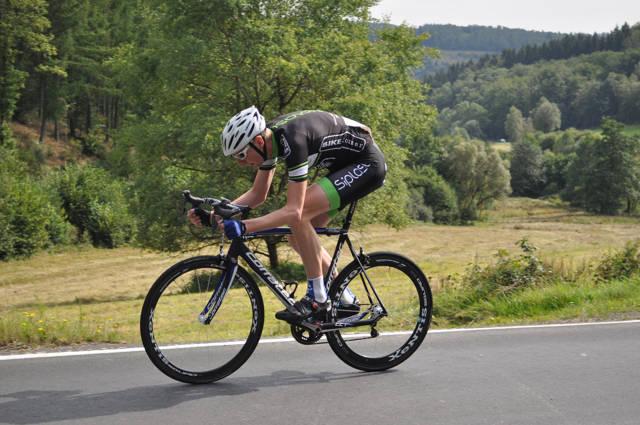 Andreas Vach, der die Austragung 2015 in 13:57 Minuten gewann und damit die Elite-Klasse vor Dominik Hennes (TV Attendorn) und Patrick Schneider (RSV Osthelden) dominierte. (Foto & Plakat: TV Jahn Siegen)