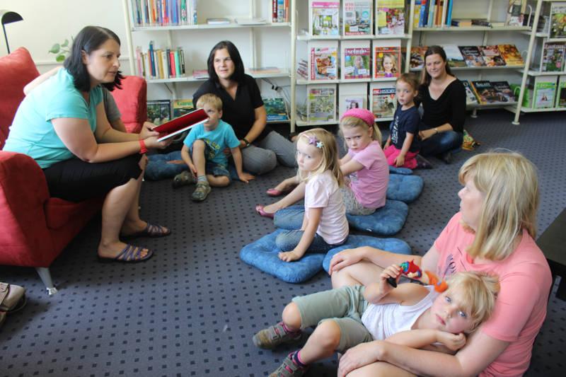 Lesepaten in der Stadtbücherei Bad Berleburg (Foto: Stadt)