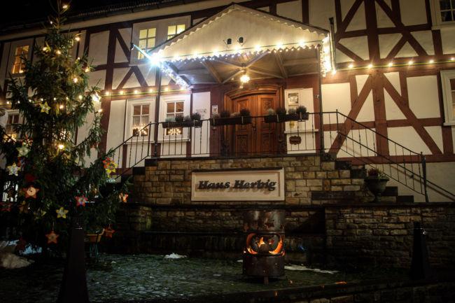 Mit rund 70 Ständen, einem Mittelaltermarkt und einem abwechslungsreichen Veranstaltungsprogramm setzt der 24. Burbacher Weihnachtsmarkt seine Tradition am zweiten Adventswochenende fort. (Foto: Gemeinde Burbach)